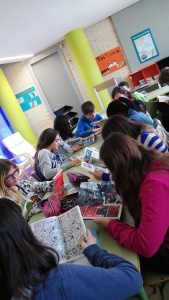 alumnes llegint còmics